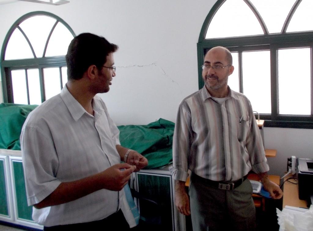 """Ahmed Almassri (à gauche) et le technicien du laboratoire du dispensaire """"Tawba"""""""