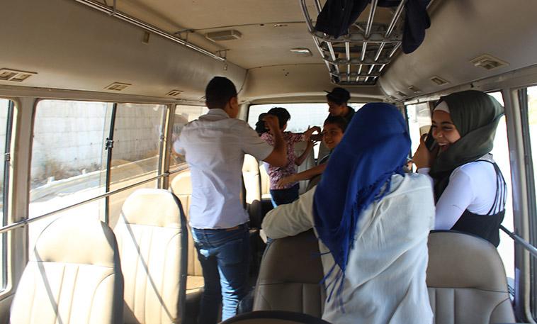 enfants réfugiés palestiniens s'amusant dans un bus