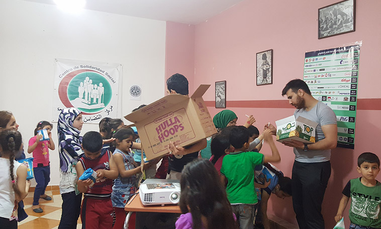distribution d'un goûter à des enfants palestiniens réfugiés